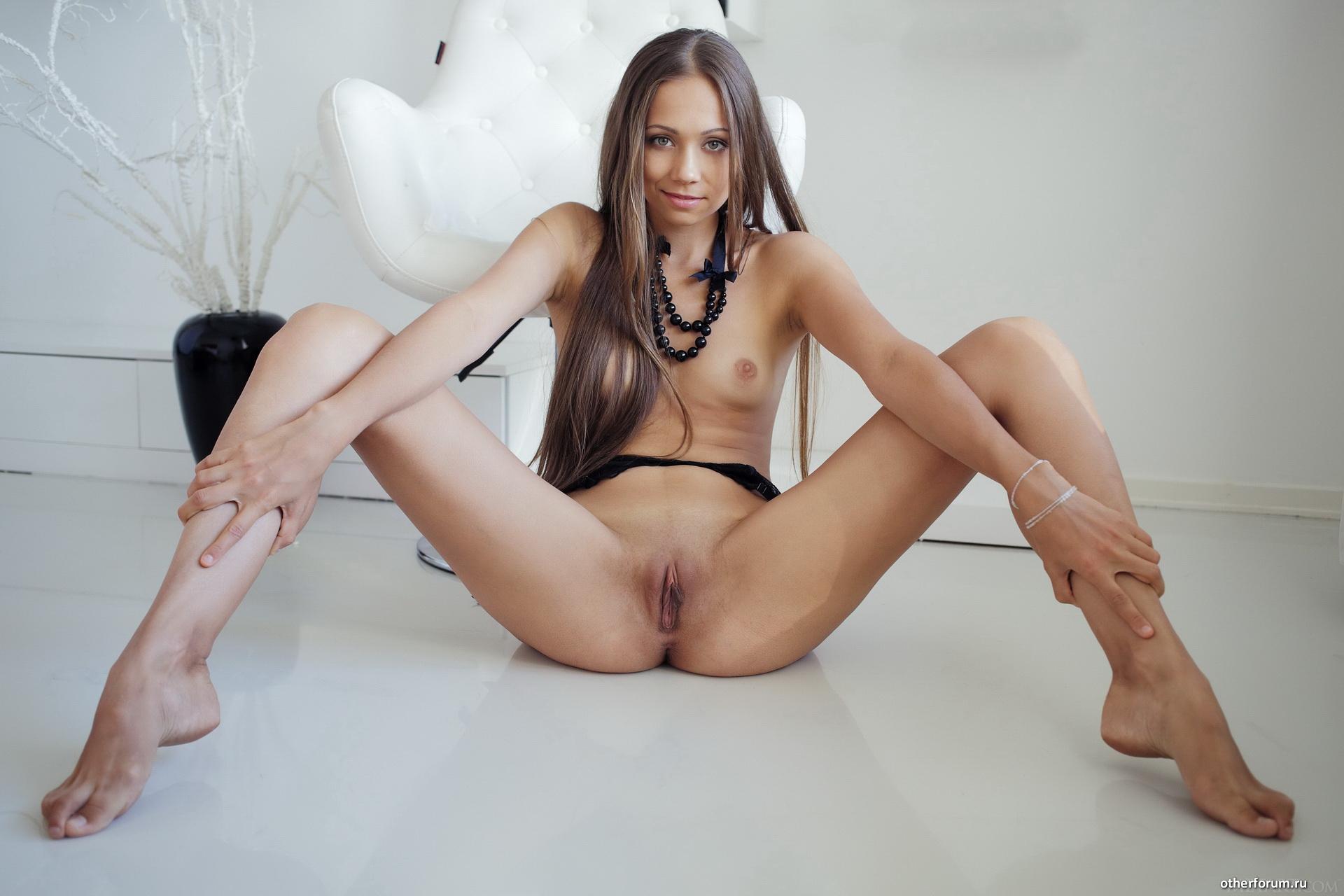 стройные девки раздвигают ноги откладывая долгий ящик