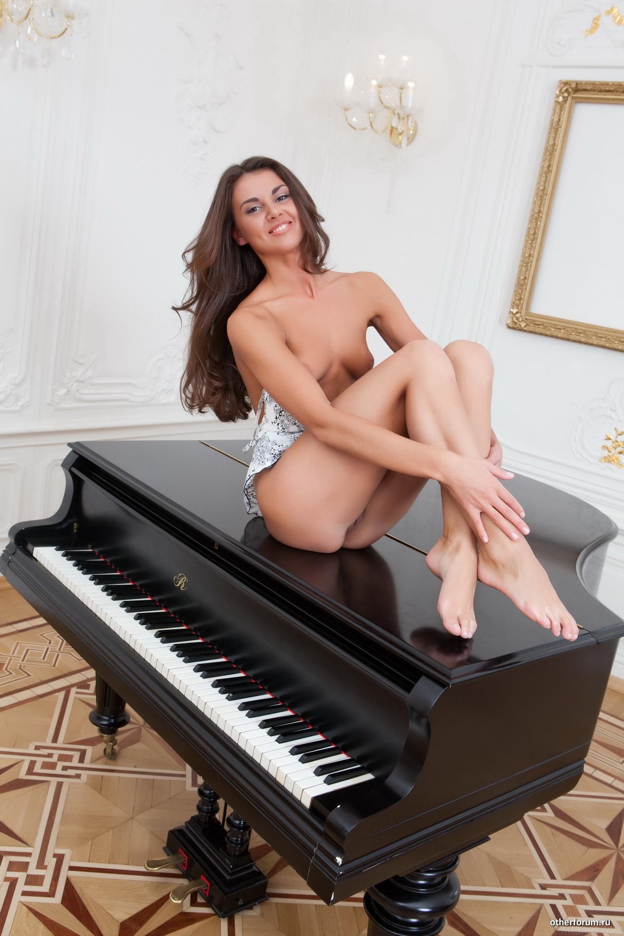 смотреть домашний эротика с пианино бесприкословно радостью выполняю