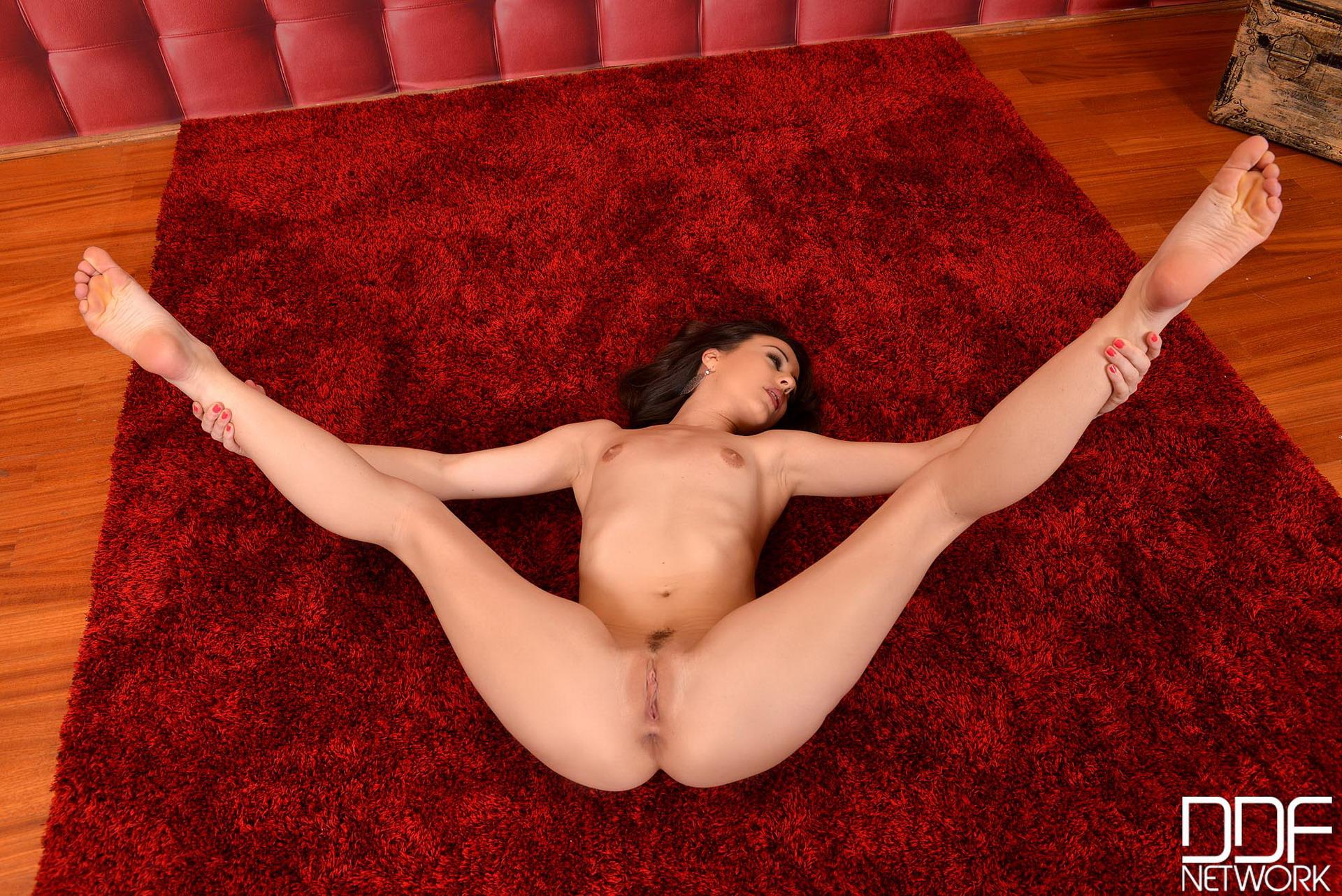 Ноги на кровати эротика заняться