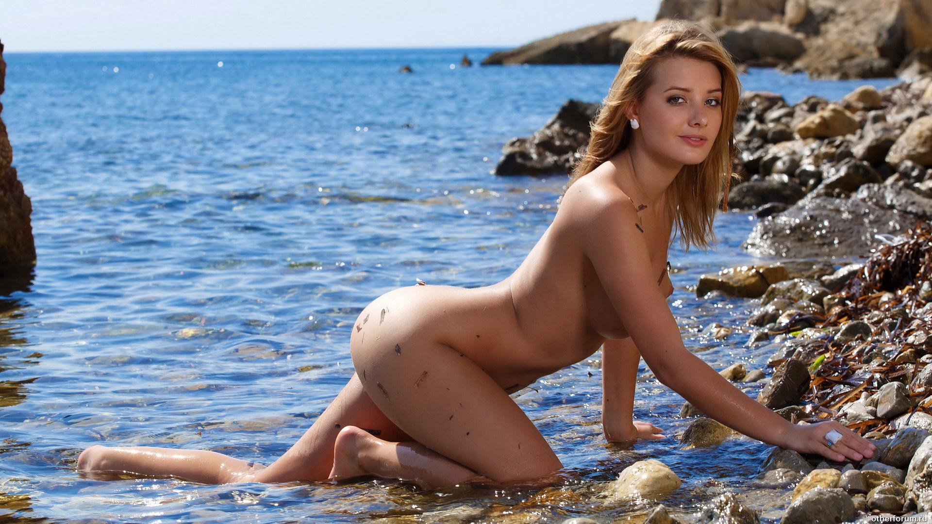 Девушки раздеваются на пляжах